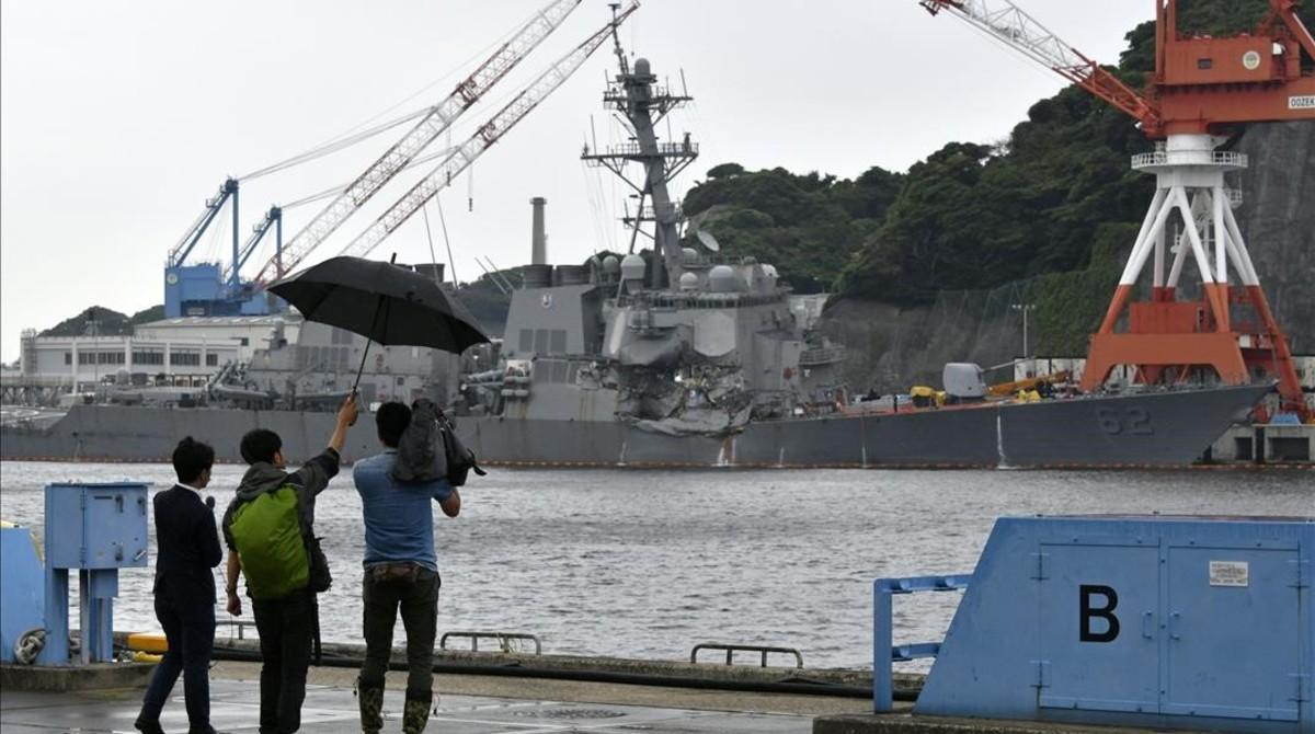 Periodistas japoneses graban los daños en el 'USS Fitzgerald' tras la colisión, en la base naval de Yokosuka, al sur de Tokio, el 18 de junio.