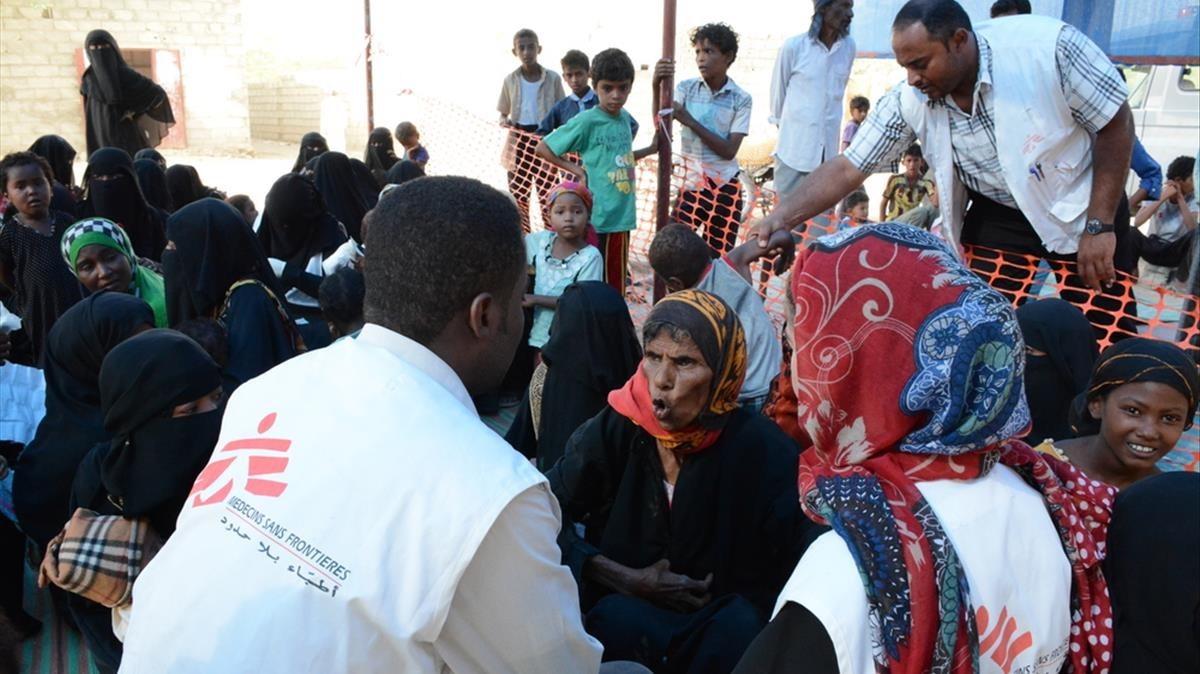 Personal de MSF atiende a civiles en una clínica móvil en Al Khamis (Yemen).