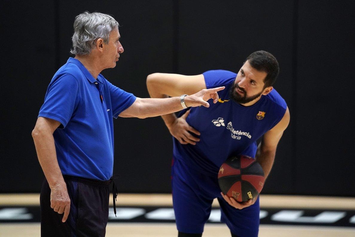 Pesic conversa con Mirotic en el entrenamiento azulgrana en València