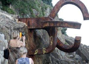 GRAFCAV7703. SAN SEBASTIÁN (GIPUZKOA), 04/09/2019.-Tres lazos amarillos, símbolo de la exigencia de libertad para los políticos catalanes encarcelados, han aparecido este jueves pintados en una de las tres esculturas de hierro que componen la emblemática obra del Peine del Viento, de Eduardo Chillida, en San Sebastián. EFE/ Gorka Estrada