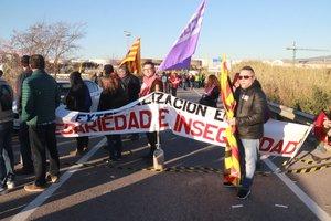 Piquete informativo en el polígono norte cortando al tráfico la T-750 durante la huelga del sector petroquímico en Tarragona.