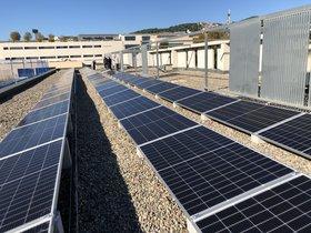 Placas fotovoltaicas en la cubierta de la Escola Marta Mata de Mataró.