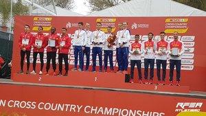 España, a la izquierda, en el podio de Lisboa.