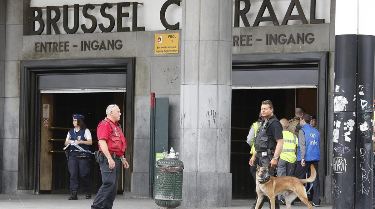 Un policía vigila la entrada de la estación central de Bruselas tras haber sido evacuada por un paquete sospechoso, este domingo.