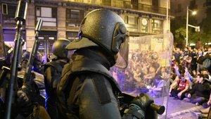 Policías ante los manifestantes en la plaza Urquinaona