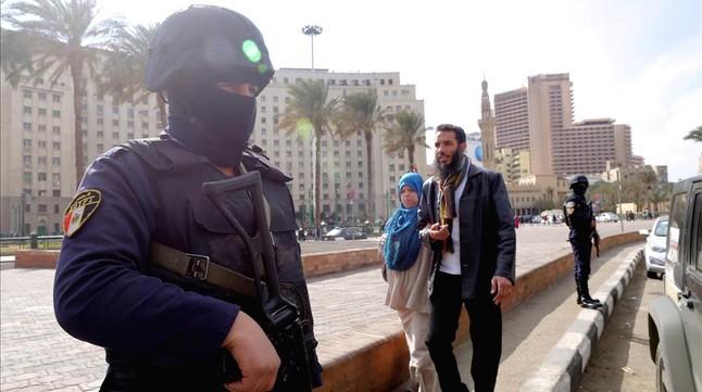 Policías egipcios montan guardia en la plaza Tahrir de El Cairo.
