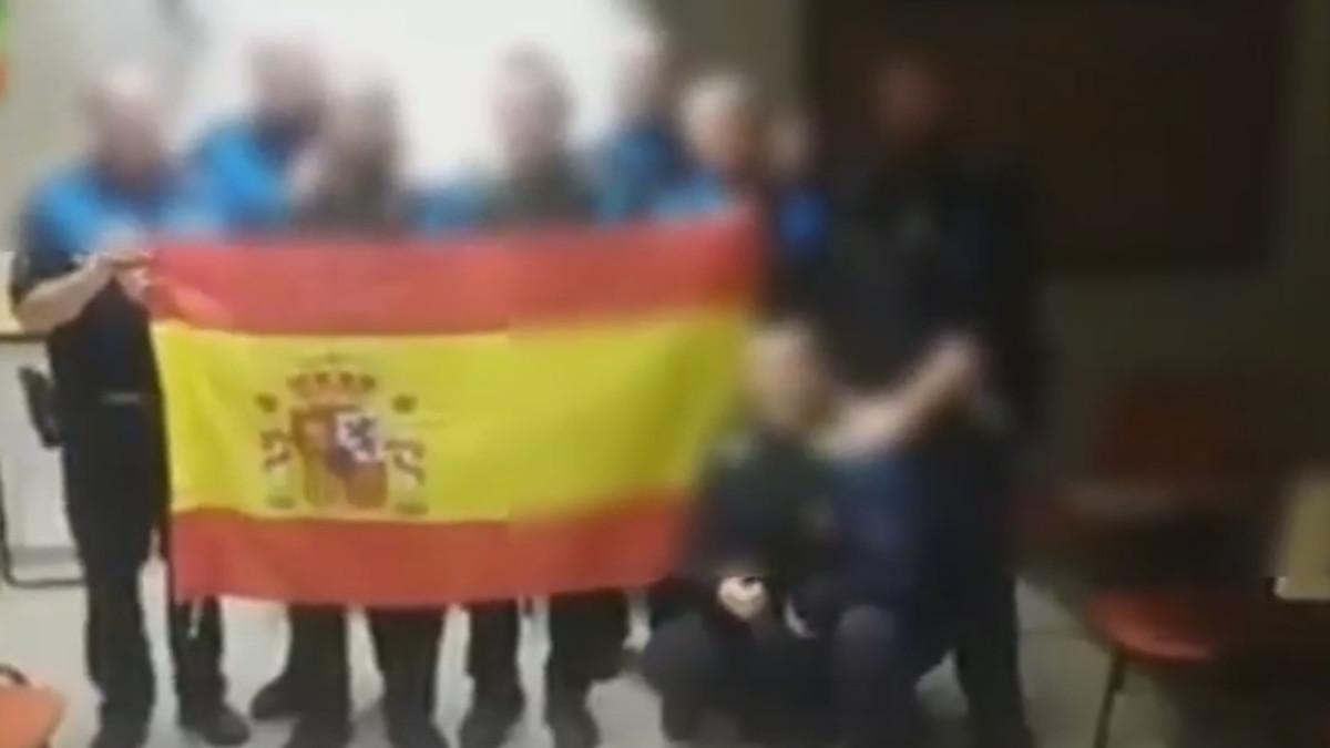 Captura del vídeo con policías municipales de Sabadell y la bandera de España.