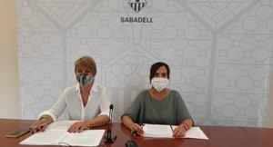 La alcaldesa de Sabadell, Marta Farrés, y la concejala de Junts per Sabadell, Lourdes Ciuró, en la rueda de prensa de presentación de las acciones en la Gran Vía