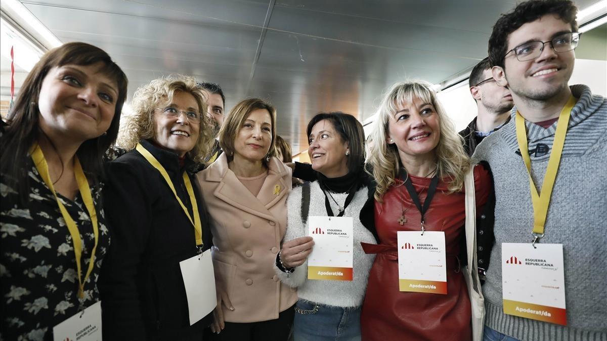 La presidenta del Parlament y número cuatro de ERC por Barcelona, Carme Forcadell, posa con interventores y apoderados de su partido tras votar en la Escuela Nostra Llar, de Sabadell.