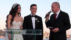 El presidente turco Erdogan dirige unas palabras al futbolista MesutÖzil y a la modelo Amine Gülse durante la ceremonia de su boda
