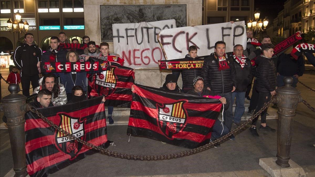 Protesta de aficionados del Reus por la situación del club.