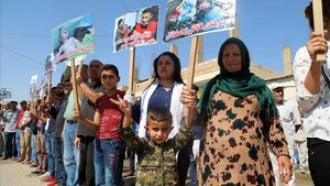 Protesta de kurdos sirios de Ras Al Ain contra la ofensiva turca, este jueves.