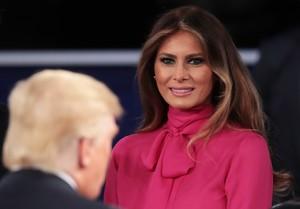 Melania Trump mira a su marido, tras el segundo debate de candidatos a la Casa Blanca, el pasado 9 de octubre.