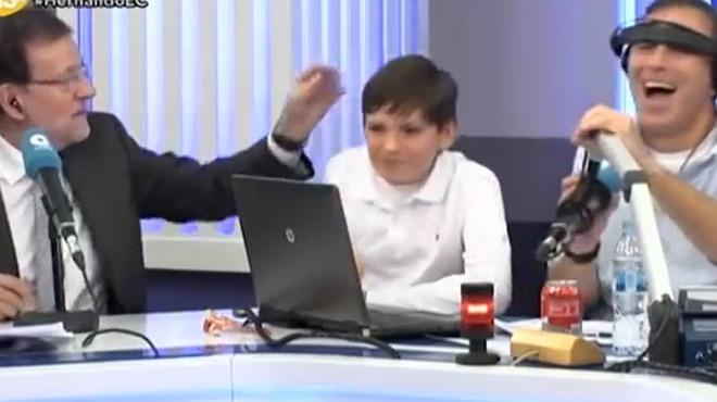 Rajoy le da una colleja (cariñosa) a su hijo Juan cuando este critica en directo los comentarios de Manolo Lama en el programa de fútbol de la COPE.