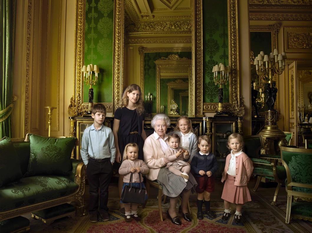 La reina Isabel, con sus nietos y biznietos. El príncipe Jorge está a su izquierda y la princesa Carlota, sobre su falda.