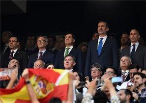 El Rey Felipe, en el centro del palco del Benito Villamarín.