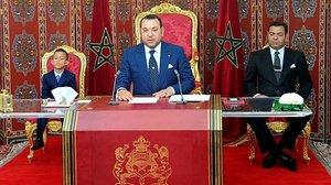 El rey Mohamed VI (centro),junto a su hijo y principe heredero,Mulay Hasan (izquierda)y su hermanoMulay Rachid,durante un discurso televisado la pasada semana.