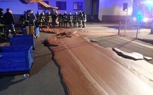 Un río de chocolate en una carretera de Werl, Alemania.