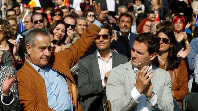 Rivera acusa a Sánchez de expulsar a todo socialista constitucionalista. En la foto, Rivera junto a Celestino Corbacho en el acto celebrado en L'Hospitalet.