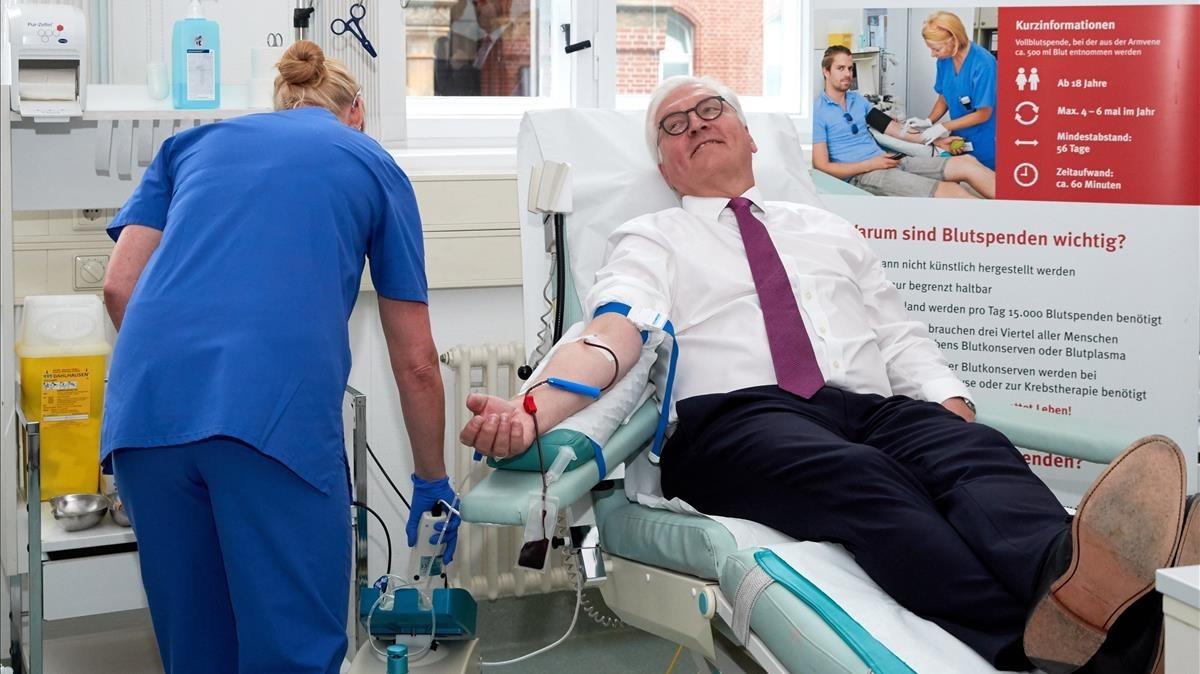 El presidente alemán Frank-Walter Steinmeier dona sangre en un centro de transfusión para sumarse a los actos del Día Mundial del Donante de Sangre.