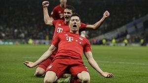 Robert Lewandowski celebra uno de los dos goles en la humillación del Bayern al Tottenham en su campo.