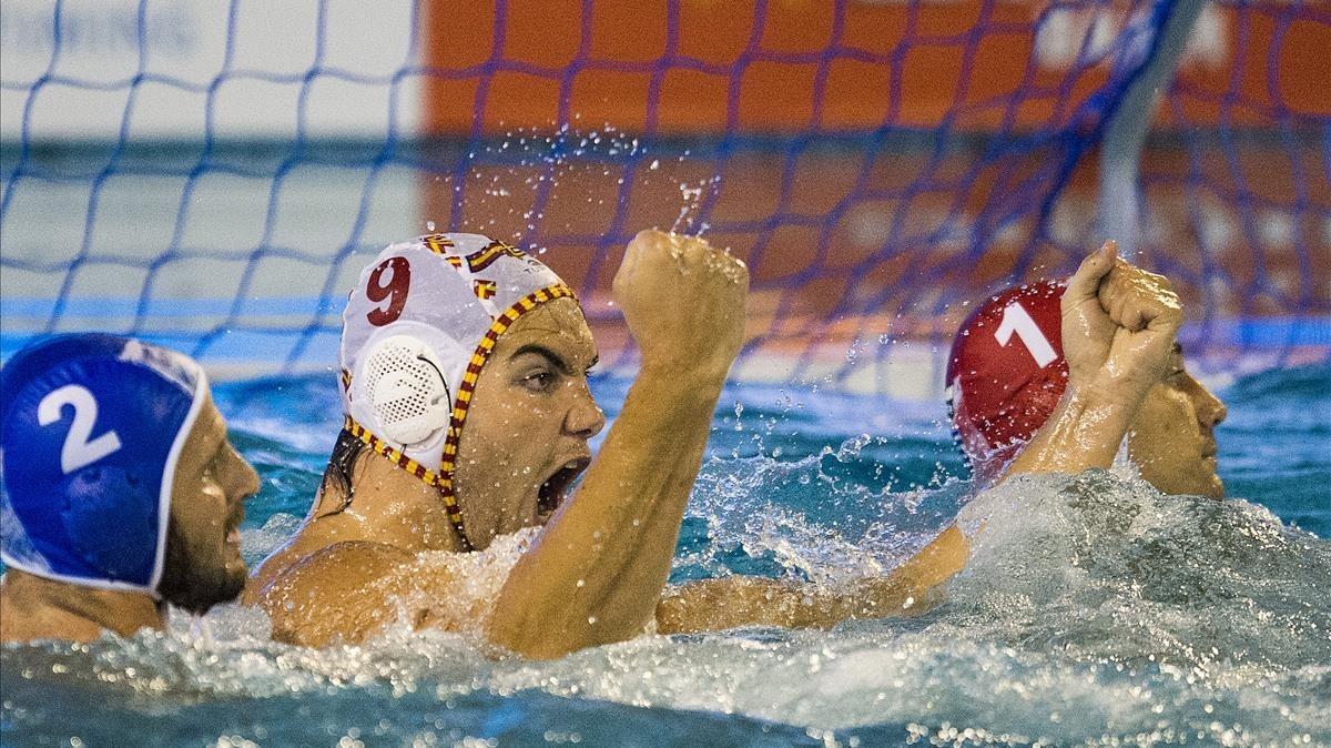 Roger Tahull celebra uno de los goles en el partido de cuartos ante Grecia