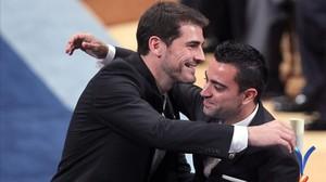 Casillas y Xavi se abrazan tras recoger el Premio Príncipe de Asturias de los Deportes del 2012.