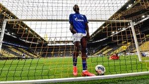 Saif Sane, del Schalke, lamenta un gol del Dortmund.