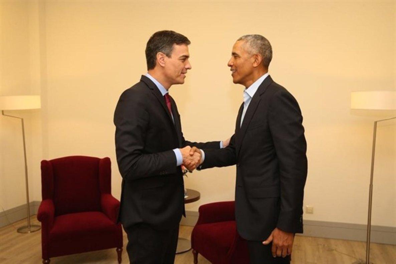 El presidente del Gobierno, Pedro Sánchez, junto al expresidente estadounidense Barack Obama.
