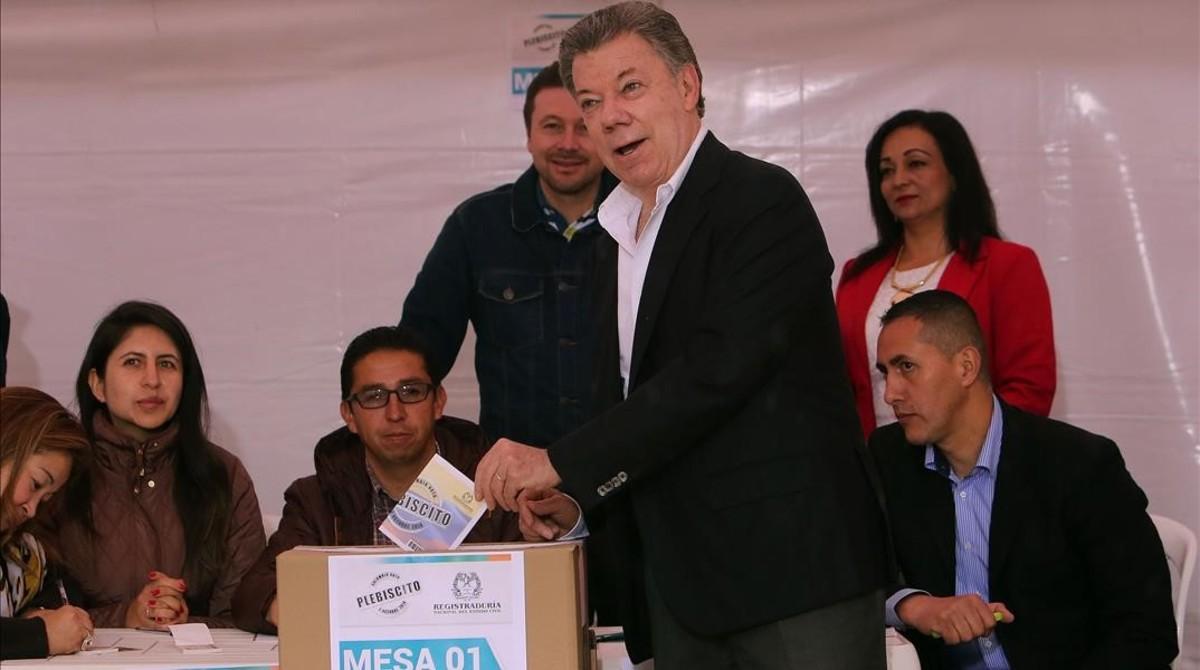 Santos depositasu voto en el referéndum, en Bogotá.