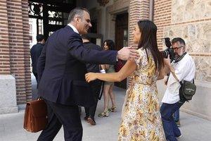 El secretario general de Vox,Javier Ortega Smith,y la vicealcaldesa de Madrid, Begoña Villacís saludándose.