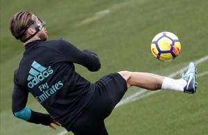 Sergio Ramos, durante el entrenamiento de este viernes en la ciudad deportiva blanca.