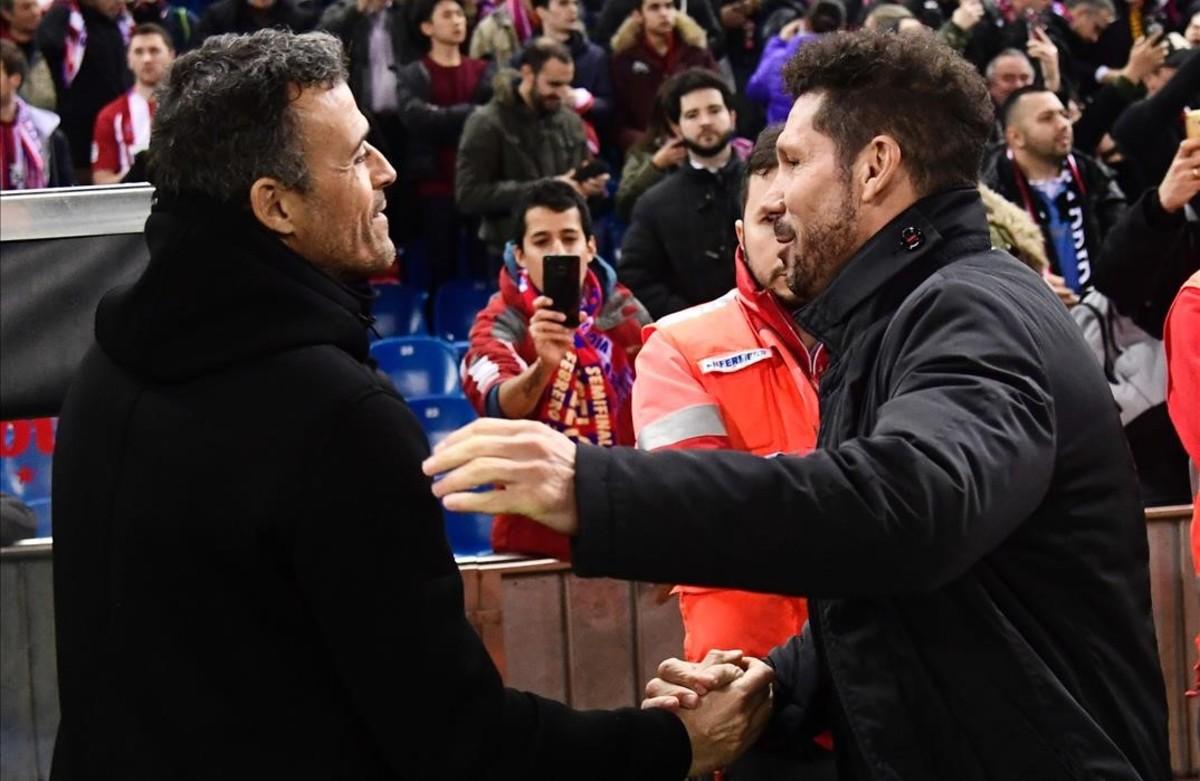 Simeone y Luis Enrique se saludan antes del comienzo del partido.