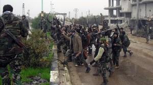 Soldados sirios celebran la toma de Sheij Miskeen, en la provincia de Daraa (sur de Siria) arrebatada a los rebeldes, el martes.