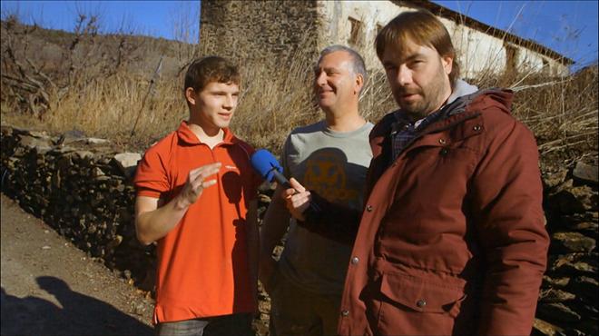 Quim Masferrer, con dos vecinos de Guils de Cerdanya, en El foraster de TV-3.
