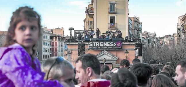 Sopa de Cabra, durante su concierto en el tejado de la Oficina de Turismo de Girona, ayer.