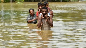 Una familia afectada por las inundaciones del ciclón Mora en la localidad deKaduwela en Sri Lanka.