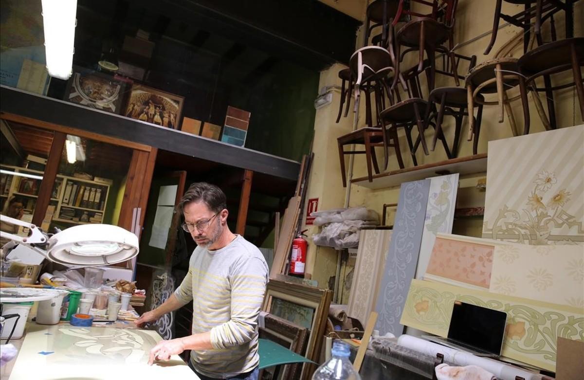 El artista Damon Bopp, en el estudio de restauración Chroma, de Ciutat Vella.