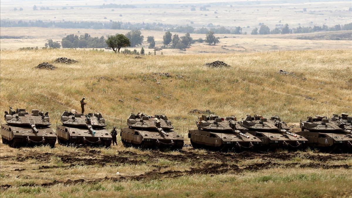 Tanques israelís desplegados este jueves en la frontera que separa los Altos del Golán, territorio ocupado por Israel, y Siria.