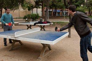Imagen de archivo de dos chicos jugando a pimpón en Barcelona