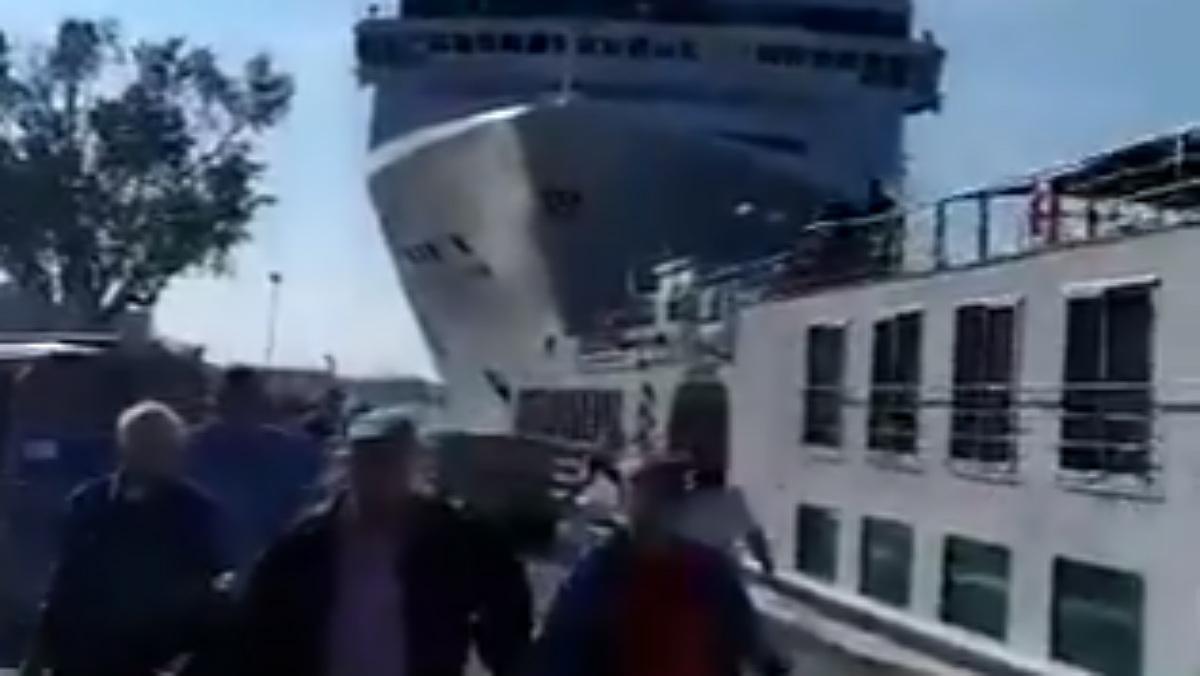Espectacular xoc entre un creuer i un barco en un canal de Venècia