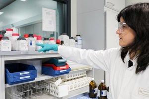 Una científica trabaja en el departamento de investigación de Aigües de Barcelona.