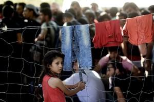 Una refugiada siria fotografiada frente a una valla fronteriza con Serbia el pasado domingo.