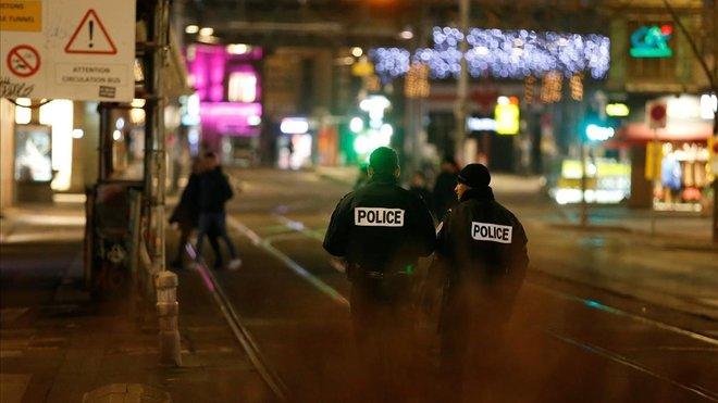 Unos agentes de policía aseguran las calles de Estrasburgo tras el tiroteo.