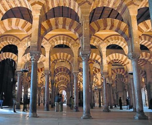 Unos turistas deambulan por el interior de la nave central de la Mezquita de Córdoba.