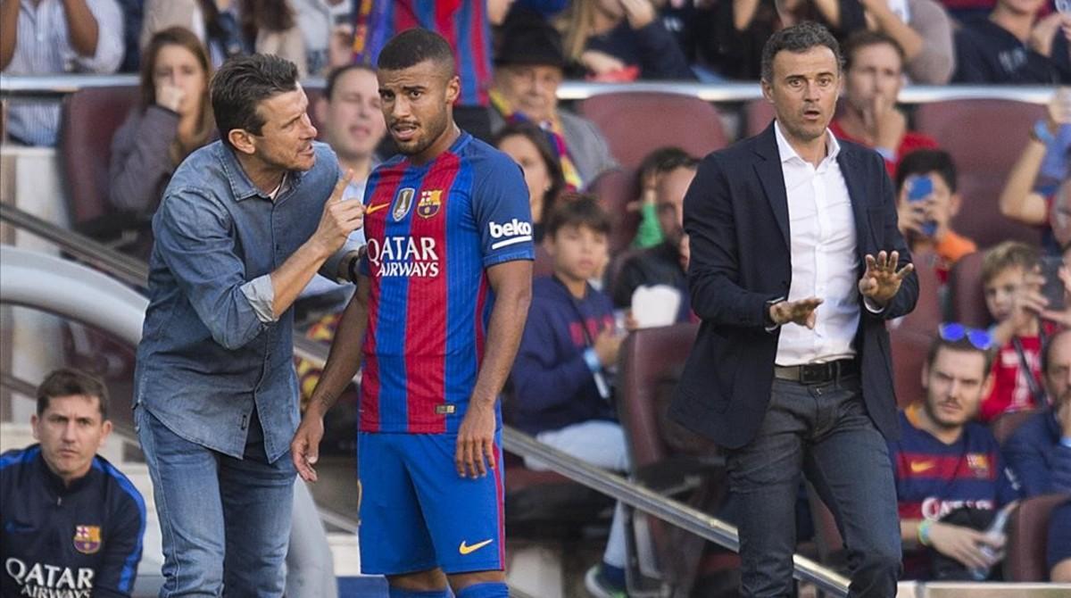 Unzué da instrucciones a Rafinha ante Luis Enrique en el Barça-Deportivo.