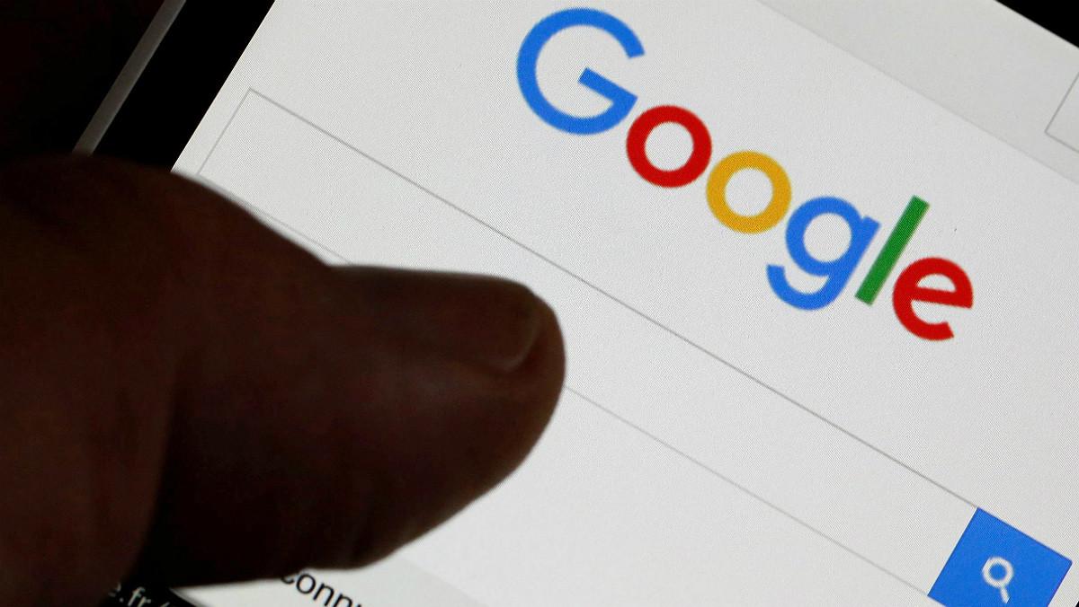 Un usuario usa el buscador deGoogle en su 'smartphone'.