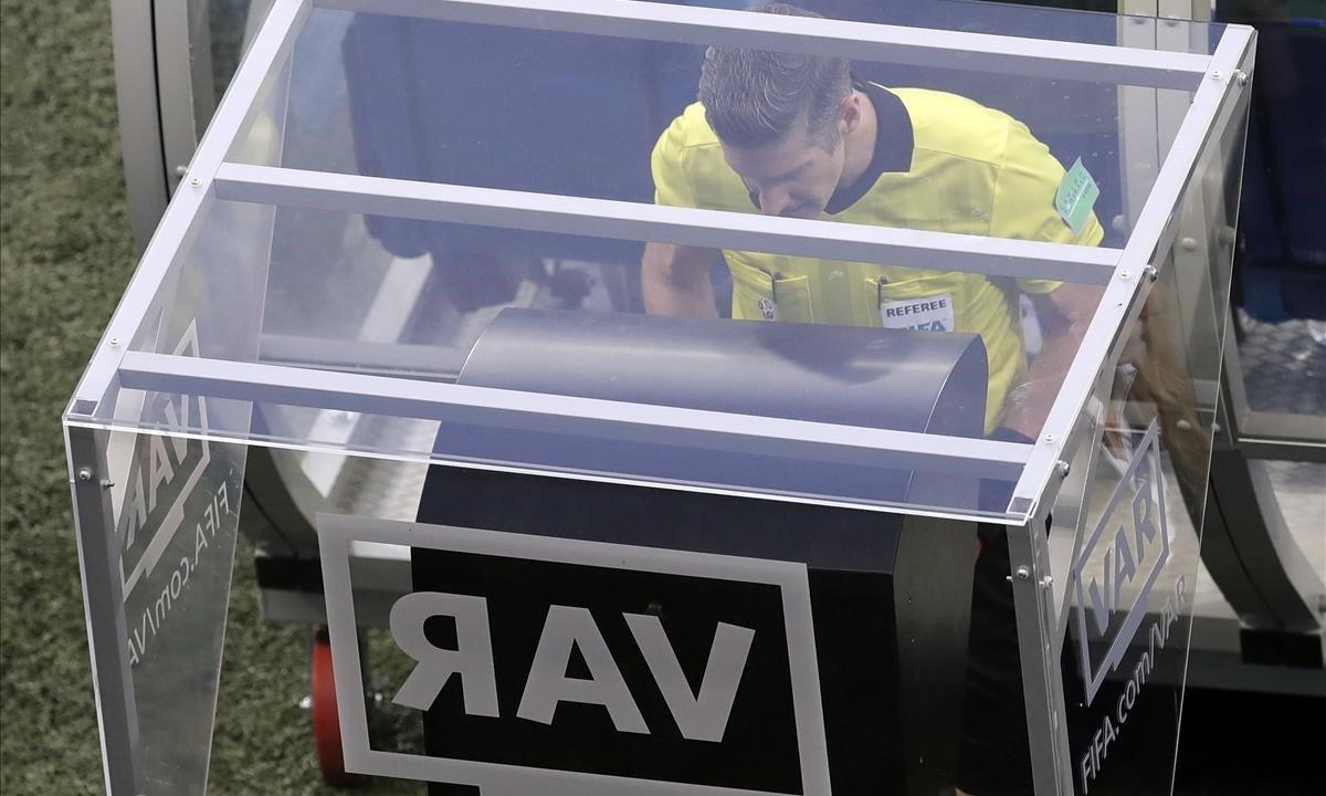 El VAR, en su debut del Mundial de Rusia.
