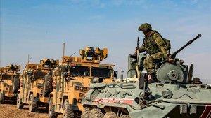 Vehículos militares de Turquí y Rusia patrulla conjuntamente la frontera turcosiria, este viernes.