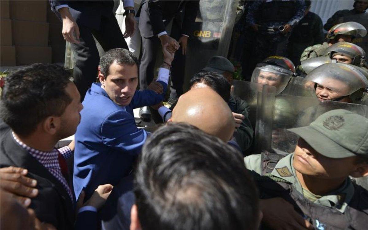 Juan Guaidó es impedido a entrar al Parlamente por la policía de Venezuela.